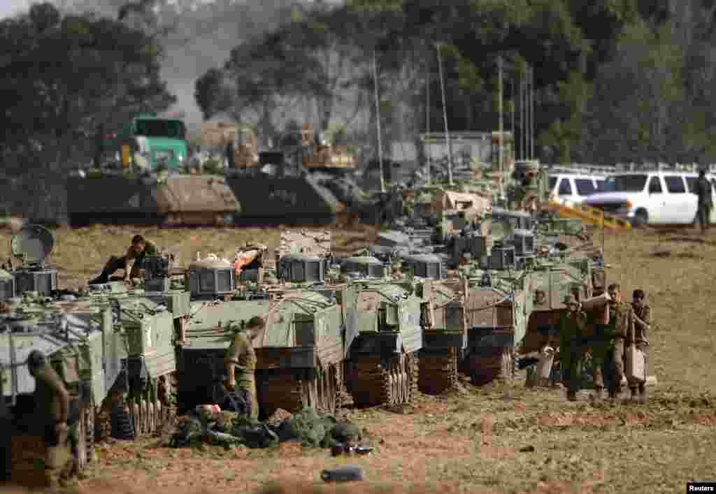 Des soldats israéliens apprêtant des véhicules de transport de troupes près de la frontière avec la Bande de Gaza