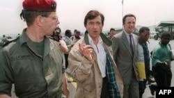 Le ministre délégué à la Santé, Philippe Douste-Blazy est entouré du général Jean-Claude Lafourcade, chef de l'opération Turquoise au Rwanda et Zaïre, et de l'envoyé spécial du Gouvernement Yannick Gérard, le 23 juillet 1994 à son arrivée au Rwanda.