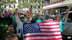 Manifestantes marchan frente a la corte federal en Nueva Orleans, el 22 de septiembre de 2017, para protestar contra las leyes de inmigración.