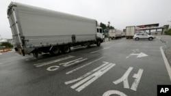 지난해 7월 한국 기업 차량이 판문점 인근 남북출입사무소를 지나 개성공단을 향하고 있다. (자료사진)