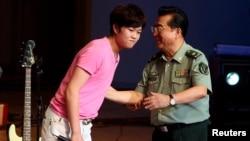 لی تیانیی اپنے والد کے ہمراہ (فائل فوٹو)