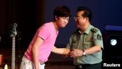 李天一(左)和他的父親李雙江(右)。(資料圖片)