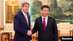중국을 방문 중인 존 케리 미국 국무장관(왼쪽)이 14일 시진핑 국가주석과 베이징 인민대회당에서 회동했다.