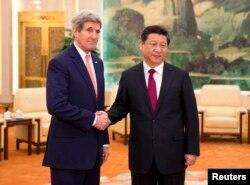 Menlu AS John Kerry (kiri) berjabat tangan dengan Presiden China Xi Jinping di Balai Rakyat China, Beijing (14/2)
