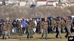 여객기 추락 사고가 발생한 프랑스 알프스 산악지대에서 2일 군인들이 브리핑을 마친 후 추락 현장으로 향하고 있다.