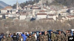 Des soldats déployés près du lieu d'un accident, à Seyne-les-Alpes, France, 2 avril 2015