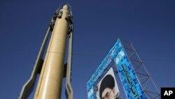 Un missile Ghadr-F a cote d'un portrait du Guide suprême iranien, l'Ayatollah Ali Khamenei, Téhéran, le 25 septembre 2016