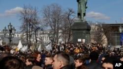 人們在俄羅斯首都莫斯科的普希金紀念碑外(2017年3月26日)