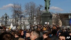 La gente se reúne frente del monumento Alexander Pushkin en el centro de Moscú, 26 de marzo de 2017.