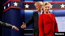 지난 26일 뉴욕 호프스트라 대학교에서 열린 1차 대선 토론 현장에서 차례로 진행자와 악수하고 있는 도널드 트럼프(왼쪽) 공화당 후보와 힐러리 클린턴 민주당 후보.