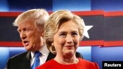 La candidate démocratique à la présidentielle américaine Donald Trump Hillary Clinton, premier plan, et son rival républicain Donal Trump, lors de leur premier débat à Hempstead, New York, 26 septembre 2016.