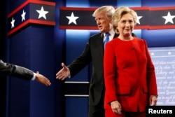 2016年9月26日举行的第一场大选辩论中,唐纳德•川普与希拉里•克林顿上台。