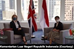 Menteri Luar Negeri Indonesia Retno Marsudi (kanan) berpose bersama Menteri Luar Negeri Inggris Elizabeth Truss setelah melakukan pertemuan di sela Sidang Majelis Umum PBB yang ke-76 di New York, Amerika Serikat, pada 20 September 2021. (Foto: Kementerian
