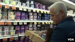 난민 출신으로 미국 시민이 된 아와드 알시리아 씨가 직장인 식료품점에서 상품을 진열하고 있다.
