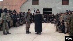 Tarkhan Batirashvili, al centro (izquierda) visita a combatientes del Estado islámico en Siria. [Foto: Zaza Tsuladze, VOA].