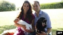 Duchess of Cambridge, Kate Middleton (kiri) menggendong Pangeran George, didampingi Pangeran William (kanan) dan anjing mereka, Tilly, dalam sebuah foto yang dirilis oleh Istana Kensington (20/8).