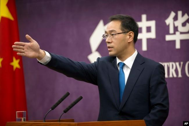 中国商务部发言人高峰在记者会上(2018年3月29日)