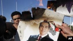 Namoyishchilar prezident Zaynobiddin bin Ali surati bilan.