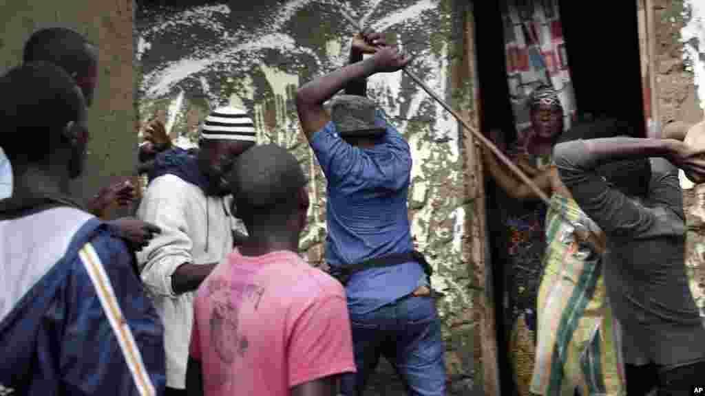Les manifestants coincent à son domicile un membre présumé de la milice Imbonerakure de la jeunesse du parti, au pouvoir dans le quartier de Cibitoke de Bujumbura, au Burundi, jeudi 7 mai 2015.