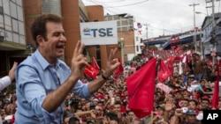 El candidato presidencial de la Alianza de Oposición de Honduras, Salvador Nasralla, saluda a seguidores frente al Tribunal Supremo Electoral en Tegucigalpa. Los primeros resultados parciales muestran a Nasralla con una sorpresiva ventaja de cinco puntos sobre el presidente actual Juan Orlando Hernández.