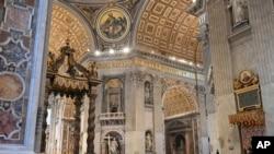 Papa drži uskršnju misu u praznoj bazilici Svetog Petra (Foto: AP)