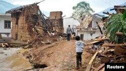 3일 중국 윈난성 자오퉁시에서 강진이 발생해 적어도 391명이 사망하고 1천8백 명이 다쳤다. 4일 주민들이 무너진 가택 주변을 걷고 있다.