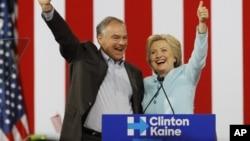 Senator Tim Kaine, Cawapres Partai Demokrat bersama Capres Hillary Clinton saat berkampanye bersama di Miami, Florida, 23 Juli lalu.