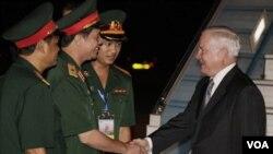Para pejabat militer Vietnam menyambut Menhan AS Robert Gates di Bandara Internasional Noi Bai di Hanoi.