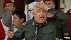 Presiden Venezuela Hugo Chavez saat menyambut Presiden Bolivia Evo Morales di Caracas, Venezuela (17/9).