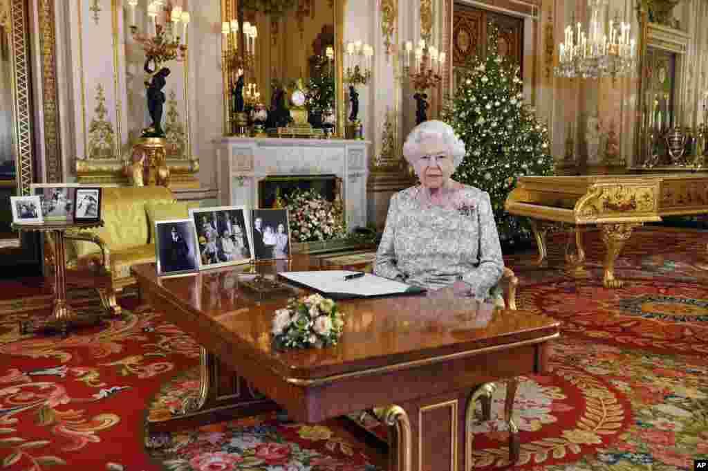 برطانیہ کی ملکہ الزبتھ نے بکنگھم پیلس کے وائٹ ڈرائنگ روم میں کرسمس کے حوالے سے اپنا پیغام ریکارڈ کرایا۔