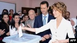 敘利亞總統阿薩德夫婦6月3日到投票站投票