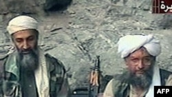 Osama bin Laden, trái, và phụ tá Ayman al-Zawahri, tháng 10/2001