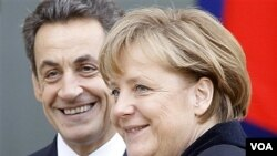 Presiden Perancis Nicolas Sarkozy (kiri) dan Kanselir Jerman Angela Merkel di Istana Elysee, Paris (5/12).