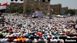 Para demonstran pendukung Morsi, mantan Presiden Mesir yang digulingkan, melakukan sholat Jumat di Lapangan Rabaa Adawiya (19/7)