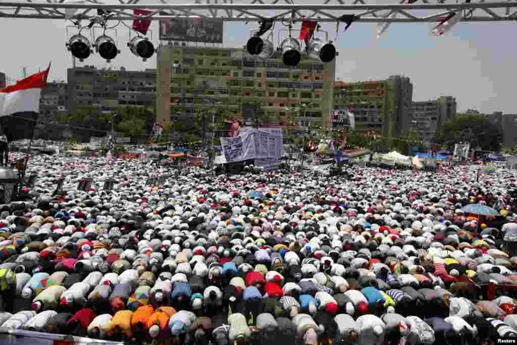 무함마드 무르시 전 이집트 대통령을 지지하는 수 천 명의 시위대가 19일 카이로 라바 광장에서 열린 금요기도회에서 기도를 드리고 있다.