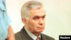Momcilo Krajisnik, tangan kanan pemimpin perang Serbia-Bosnia tahun 1992-1995, Radovan Karadzic, saat tampil pertama kalinya di hadapan Mahkamah Kejahatan Internasional, Den Haag, April 2000 (Foto: dok).