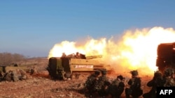 朝鲜领导人金正恩视察军队炮击演习