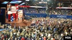 共和党全国代表大会等待着重要演讲的与会代表 (美国之音杨晨拍摄)