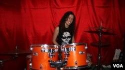 Tay trống Courtney Gibson của ban nhạc rock Mizera. (Ảnh: Darren Taylor / VOA)