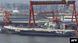Chiếc hàng không mẫu hạm của Trung Quốc nằm trong cảng Ðại Liên, tỉnh Liêu Ninh, Trung Quốc hôm 6/8/11
