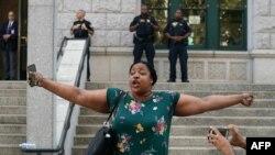 Emerald Snipes, fille d'Eric Garner, s'adresse à la presse à l'extérieur d'un tribunal de New York, le 16 juillet 2019.
