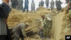 아프간 동부 산사태 현장에서 구조대원들이 생존자 수색작업을 하고 있다.