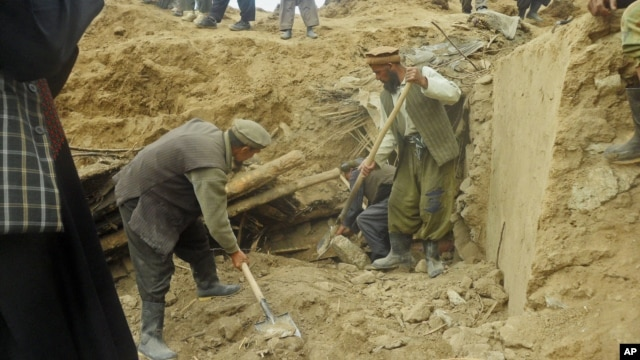 Afghans search for survivors after landslide buried in Abi-Barik village in Badakhshan province, northeastern Afghanistan, May 3, 2014.