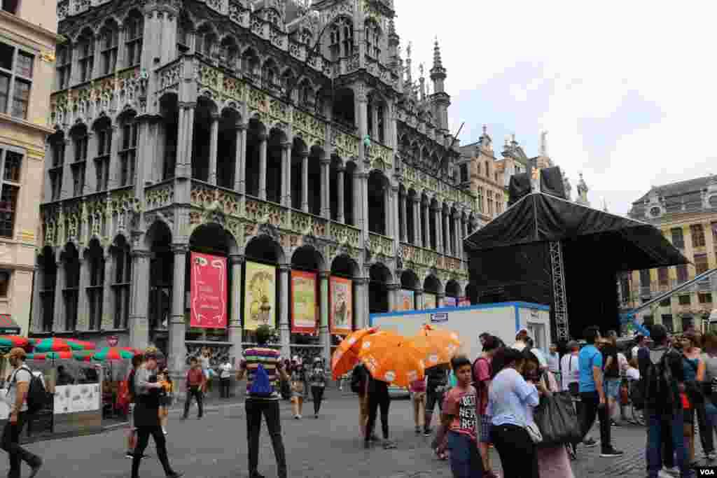 بروکسل در آستانه نشست کشورهای عضو سران ناتو - ساختمان های میدان «گراند پالاس» یکبار در سال ۱۶۹۵ میلادی طعمه حریق شده بودند اما باز سازی شدند.