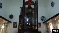 Vas keramik dari Napoleon, koleksi Masterpiece Museum Radyapustaka, Solo (Foto: VOA/Yudha Satriawan)