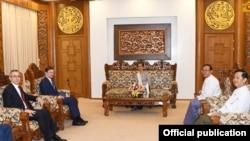 အေမရိကန္သံတမန္ David Hale ျမန္မာေခါင္းေဆာင္ေတြနဲ႔ ေတြ႔ဆုံစဥ္ (သတင္းဓါတ္ပံု - Myanmar State Counsellor Office)