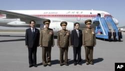 朝鲜人民军参谋长李永吉(左二)与其他朝鲜高官在平壤机场 (2013年5月22日)