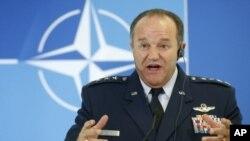 """Tướng Không quân Mỹ Philip Breedlove, nói rằng Liên hiệp châu Âu nghi ngờ rằng thành viên của các nhóm tội phạm có tổ chức và những phần tử cực đoan nằm trong số những """"người tị nạn chính đáng"""""""