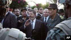 6일 모하메드 무르시 대통령(가운데)과 동행한 후세인 탄타니 국방 장관(오른쪽).