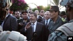 Presiden Mesir Mohammed Morsi (tengah) memerintahkan jurnalis yang dituduh menghina dirinya dibebaskan dari penjara. (Foto: Dok)